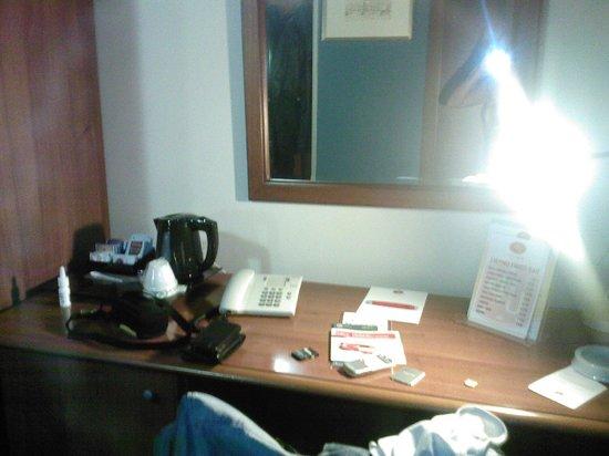 Hotel Urbani: scrivania e bollitore