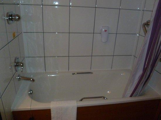 Premier Inn London Heathrow Airport (M4/J4) Hotel: Bath in Bathroom