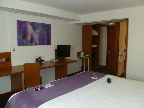 Premier Inn London Heathrow Airport (M4/J4) Hotel: Desk/ TV area in Room