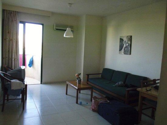 Mandalena ApartHotel: Living area