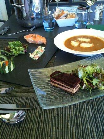 Auberge des Trois Tilleuls: Une sélection d'entrées (millefeuille au foie-gras)