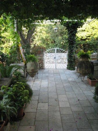 Two Palms Villa: vialetto