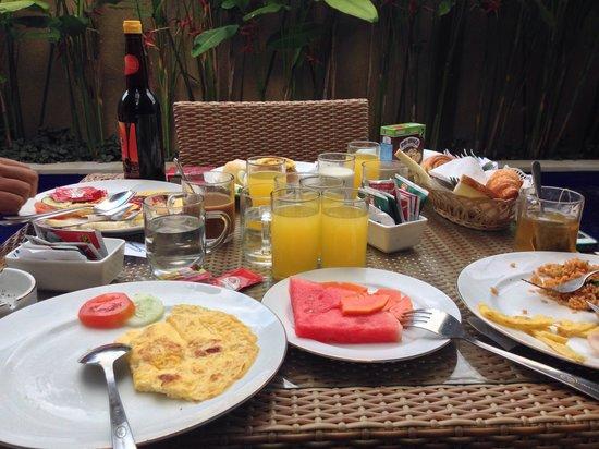 delicious breakfast at Eazy Inn