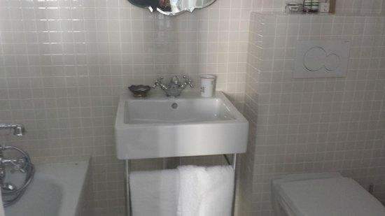 Hotel du Temps: bathroom with posh toiletries
