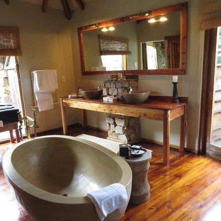 Tsala Treetop Lodge: Bathroom to relax in