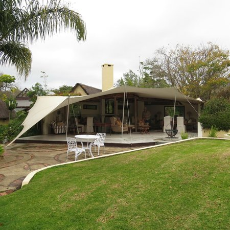 Tsala Treetop Lodge: The outside living room, perfect shelter from the rain!!!