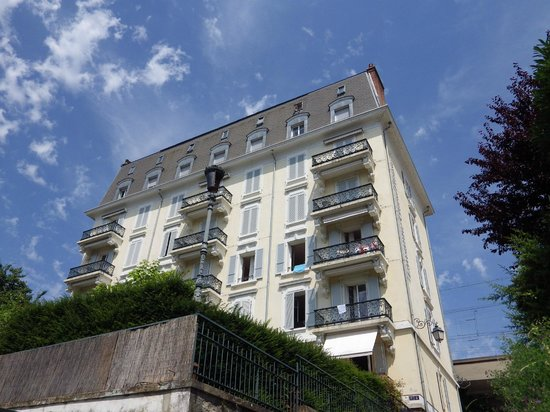 Lausanne Guesthouse & Backpacker: Walking up the street towards the hostel