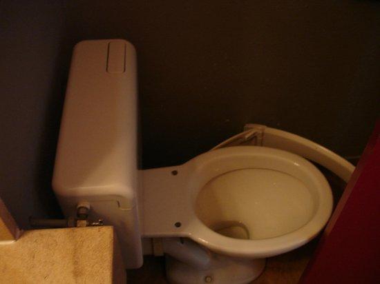 Hotel Gallieni: Broken toilet seat