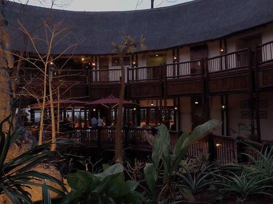 Cresta Mowana Safari Resort and Spa: Lobby