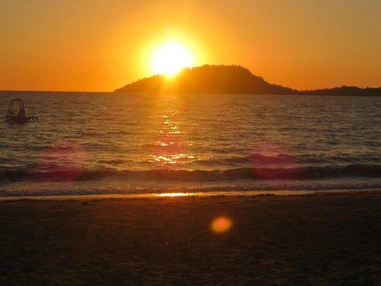 Loharano Hotel: il tramonto dalla spiaggia