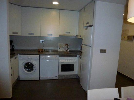 Apartamentos Pierre & Vacances La Manga Beach: Kitchen area - well stocked