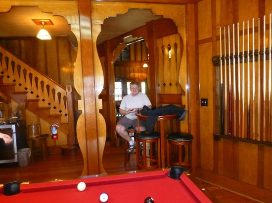 Clearwater Lodge at the Pit River : Pool table and great room just off great room and dining area