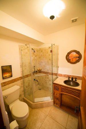 Cap Maison: Downstairs bathroom