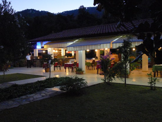 Sultan Palas Hotel: Dining area at night