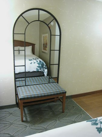 Isaac Jackson Hotel: Luggage Bench and Full Length Mirror