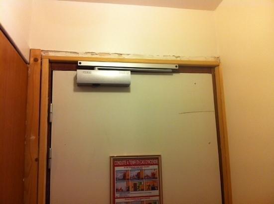 Hotel La Chaumiere: porte détériorée