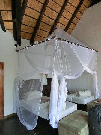 Namushasha River Lodge: Doppelbett mit Moskitonetz