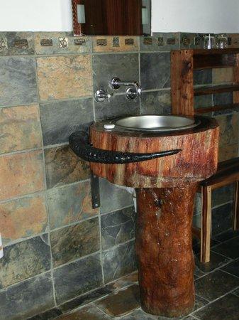 Namushasha River Lodge: Waschtisch im Bad