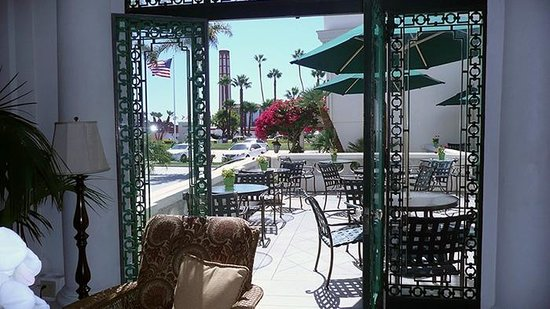 Glorietta Bay Inn: Patio Seating