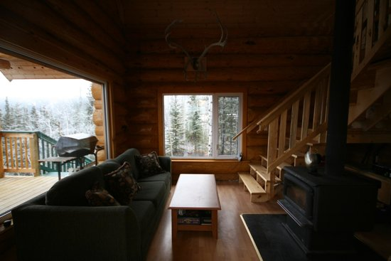 Muktuk B&B and Cabins: Living area with large open windows and fireplace