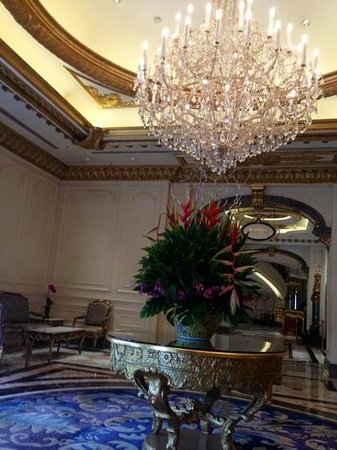 Legendale Hotel Beijing: シャンデリア