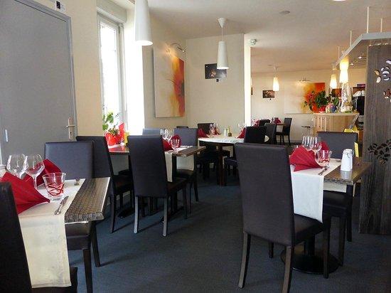 Hotel Restaurant La Pomme d'Or : la salle du restaurant
