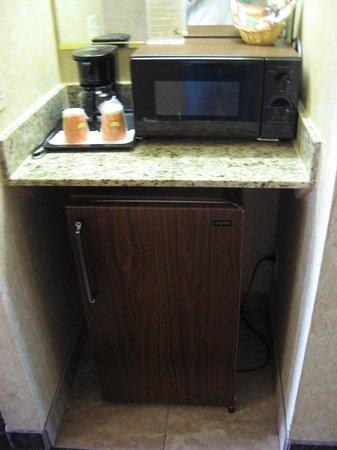 Abbey Inn: Room 1217 - fridge & microwave
