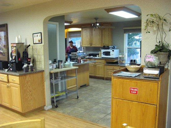 Abbey Inn & Suites: Breakfast area