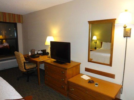 Hampton Inn Orlando International Drive/Convention Center: tv e escritório