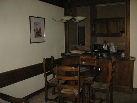 Club Riza Aparthotel: il salotto e la cucina dietro