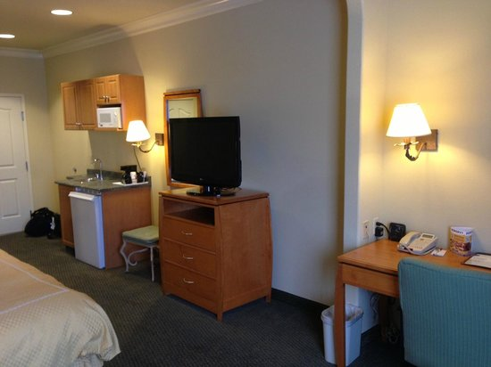 Comfort Suites Airport: Desk, TV, Dresser, Refrigerator