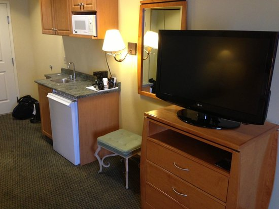 Comfort Suites Airport: Microwave, Refrigerator, TV