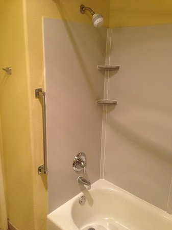 Comfort Suites Airport: Shower/tub