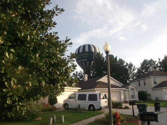 Highlands Reserve Golf Resort: hot air balloon coming ovcer highlands reserve in morning