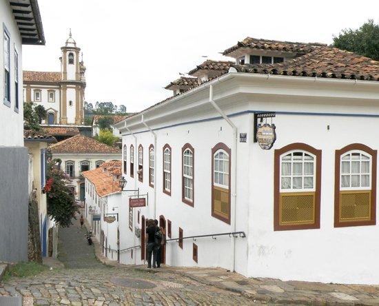 Hotel Colonial: Vista do hotel com a Igreja do Carmo ao fundo.
