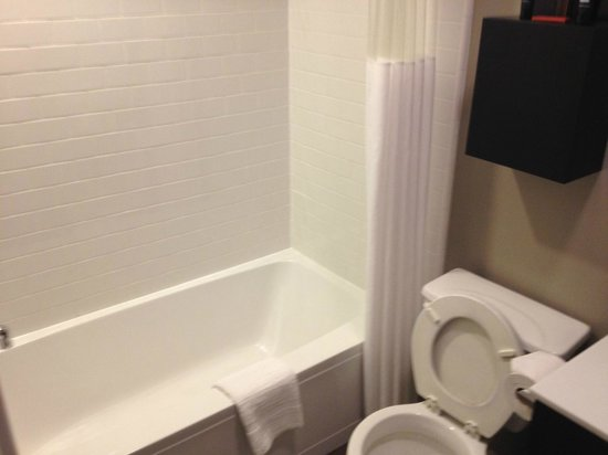Shelter Hotels Los Angeles: Bathtub / Shower Combo