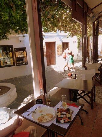 Yannis Bar: Afternoon snackerooni's under the vines