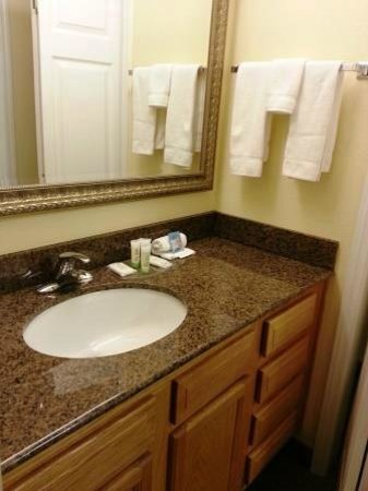 Staybridge Suites near Hamilton Place: The Bathroom