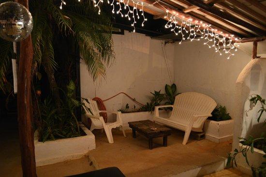 Pura Vida Hostel: The second common area and kitchen.