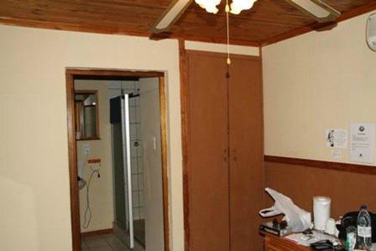 Gooderson Bushlands Game Lodge : kleerkast naast badkamer