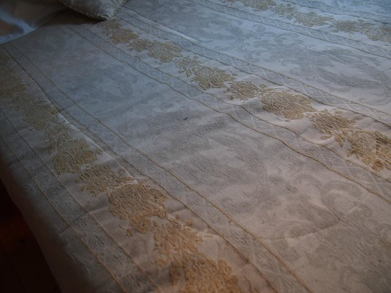 Hotel Tardif Noble Guesthouse: The stained bedspread