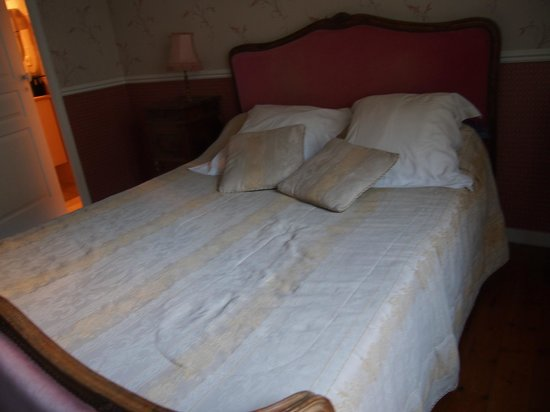 Hotel Tardif Noble Guesthouse : Shabby bedspread
