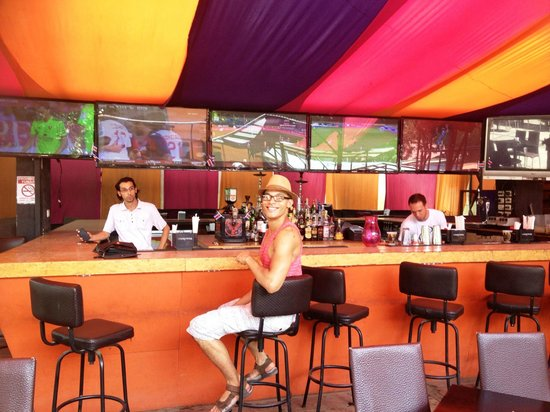 Zi Lounge Restaurant: Hanging out at the bar....