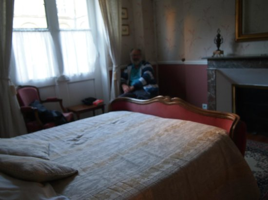 Hotel Tardif Noble Guesthouse : Length of room from bed to wall