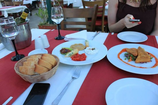 Peters Place: Meze plate and fried cheese starters