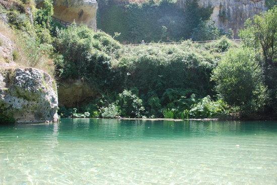 Pantalica, Италия: Il fiume Anapo crea dei piccoli laghetti in cui si può fare il bagno.