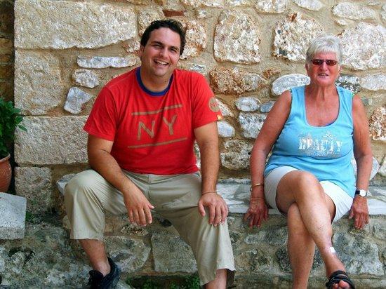 Akrogiali : Eigenaar Takis Rapteas met klant