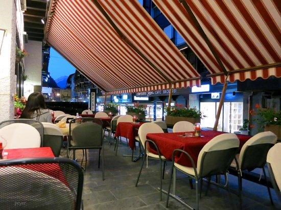Hotel Restaurant Derby: Terrasse am späten Abend