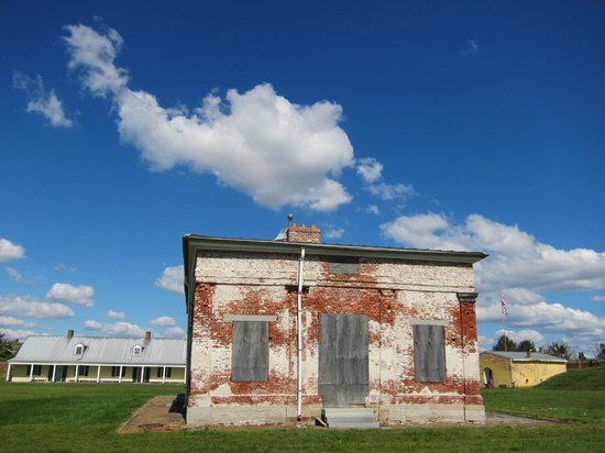 Fort Mifflin: buidling and clouds