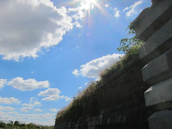 Fort Mifflin: Wall and clouds